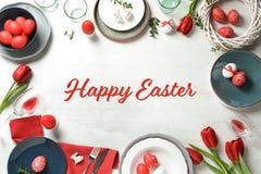 欢乐复活节桌设置用在木背景,顶视图的被绘的鸡蛋 免版税库存照片