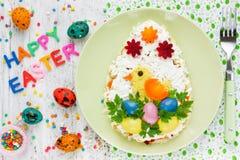 欢乐复活节彩蛋沙拉装饰用五颜六色的鸡蛋和vegeta 免版税库存图片