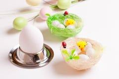 欢乐复活节桌设置用鸡蛋,隔绝在白色 免版税库存图片