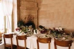 欢乐婚姻的桌设置 表装饰在婚礼那天 免版税库存照片