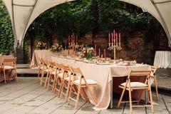欢乐婚礼桌蜡烛花 库存图片