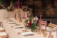 欢乐婚礼桌蜡烛花 免版税库存图片