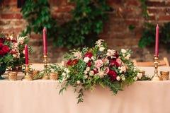 欢乐婚礼桌蜡烛 图库摄影
