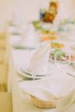 欢乐庆祝事件的表集合-接近在有餐巾的服务的厨具 免版税库存图片
