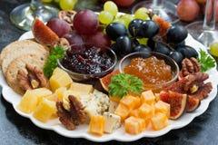 欢乐开胃菜-乳酪、果子和果酱在板材,特写镜头 库存照片