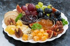 欢乐开胃菜-乳酪、果子和果酱 图库摄影