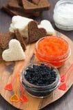 欢乐开胃菜-多士,红色和黑鱼子酱,垂直 免版税库存图片