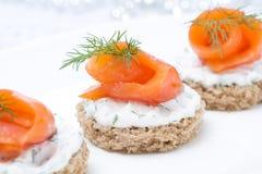 欢乐开胃菜-点心用黑麦面包,乳脂干酪,三文鱼 库存照片