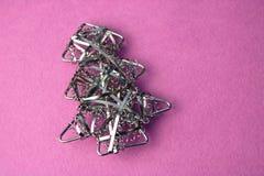 欢乐新年圣诞节愉快的桃红色和蓝色快乐的背景与一棵小玩具金属铁金黄自创圣诞树 免版税库存图片