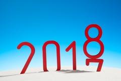 欢乐新年概念晴朗的热带海滩与在红色和拷贝空间的改变的日期2017年- 2018年在蓝天 图库摄影