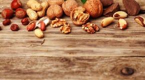 欢乐新鲜的坚果的选择在土气木头的 免版税库存照片