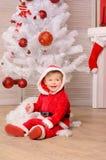 欢乐服装的小男孩在圣诞树 库存图片