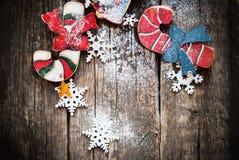 欢乐杉树戏弄棒棒糖,用在木表上的雪花装饰的响铃 图库摄影