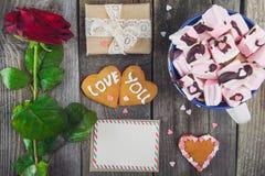 欢乐构成用在心脏形状的自创曲奇饼充满爱的您字法,贺卡,起来了,礼物盒和杯子caca 库存图片
