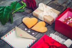 欢乐构成用在心脏,玫瑰色花,礼物盒形状的自创曲奇饼  与信封,葡萄酒丝带的卡片 l的礼物 免版税图库摄影
