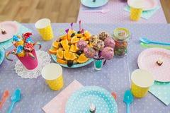 欢乐桌在儿童的生日 棒棒糖 免版税库存照片