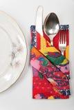 欢乐桌布局的美妙地被削减的餐巾 免版税库存照片