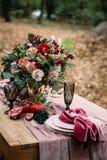 欢乐桌的土气婚礼装饰与美好的花构成 秋天婚礼 附庸风雅 库存照片