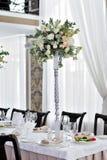 欢乐桌的美丽的装饰客人的有fl的 图库摄影