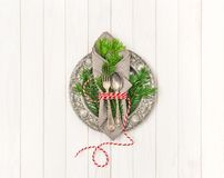 欢乐桌餐位餐具装饰圣诞树早午餐 库存照片