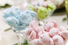 欢乐桌,装饰用花瓶、果子和酥皮点心 免版税库存照片