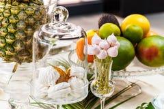 欢乐桌,装饰用花瓶、果子和酥皮点心 库存图片