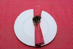 欢乐的构成 对光检查圣诞节装饰表包裹 一个美好的桌设置,红色桌布,在箱子的桌布 圣诞节 图库摄影