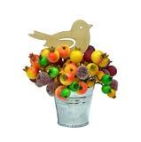 欢乐的装饰 查出 鸟和冷冻莓果在大型装配架 免版税库存照片