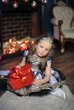 欢乐礼服的典雅的女孩有在她的头发的一个冠状头饰的 库存照片