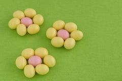 欢乐糖果上漆的复活节彩蛋 库存照片