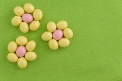 欢乐糖果上漆的复活节彩蛋 库存图片