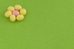 欢乐糖果上漆的复活节彩蛋 免版税库存照片
