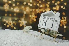 欢乐背景在新年的前夕,与12月31日读秒日历在背景光亮 免版税库存照片
