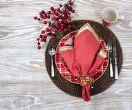 欢乐节日的圣诞晚餐设置在白色 免版税图库摄影