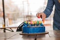 欢乐蓝色蛋糕装饰了蜡烛生日 库存照片