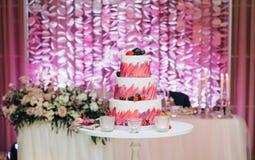 欢乐蛋糕三地板装饰莓果 免版税图库摄影