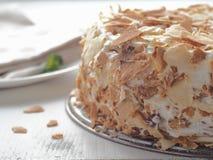 欢乐蛋糕特写镜头 在白色木桌上的整个面包屑奶油蛋糕 库存图片