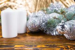 欢乐蜡烛和银色装饰在表上 免版税库存图片