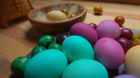 欢乐被绘的复活节彩蛋全景在板材放置了 股票视频