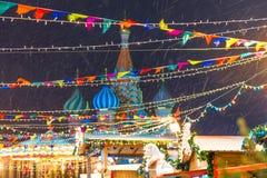 欢乐装饰圣诞节公平在莫斯科和飞雪evenin 免版税库存图片