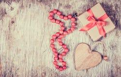 欢乐装饰的华伦泰` s天 有弓、小珠和木心脏的礼物盒 免版税图库摄影