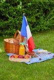 欢乐野餐为法国7月14的国庆节日与法国旗子的 免版税图库摄影