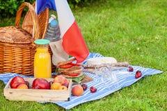 欢乐野餐为法国7月14的国庆节日与法国旗子的 库存图片