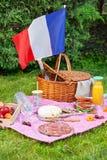 欢乐野餐为法国7月14的国庆节日与法国旗子的 库存照片