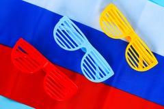 欢乐黄色,蓝色和红色玻璃 天6月12日,俄罗斯的 三色俄罗斯的旗子 图库摄影