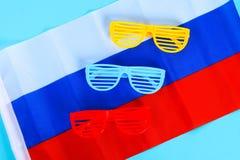 欢乐黄色,蓝色和红色玻璃 天6月12日,俄罗斯的 三色俄罗斯的旗子 库存图片