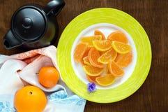 欢乐以柑橘切片的形式甜点五颜六色的果冻糖果,报道用在黑暗的木背景的糖 库存照片