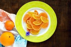 欢乐以柑橘切片的形式甜点五颜六色的果冻糖果,报道用在黑暗的木背景的糖 免版税库存照片