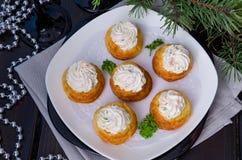 欢乐profiteroles用乳酪奶油甜点、熏制鲑鱼和绿色 图库摄影
