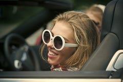 欢呼中国概念古巴礼服女性自由愉快的哈瓦那节假日快乐的混合模型粉红色种族路夏天旅行行程假期葡萄酒妇女年轻人的亚裔美丽的汽车白种人 库存图片